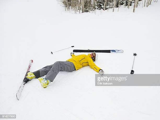 a downhill skier who fell - chute ski photos et images de collection