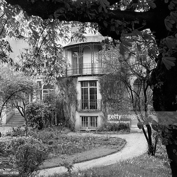 6 Downshire Hill Hampstead London 19621964 Exterior of the entrance front to No 6 Downshire Hill with curving garden path and spring flowers