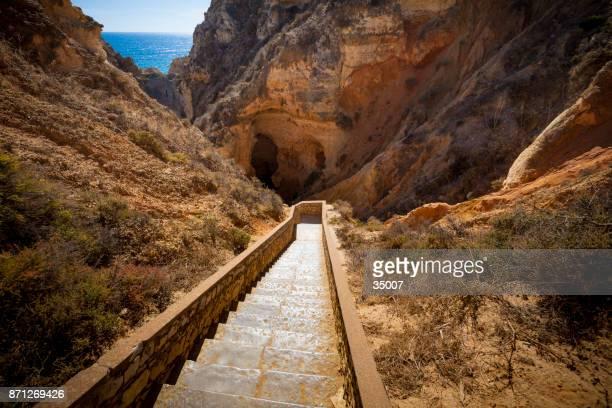downstairs to ponta da piedade natural arch, lagos, portugal - distrito de faro portugal imagens e fotografias de stock