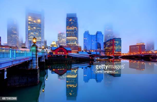 Skyline von Downtown Boston in einer nebligen Nacht