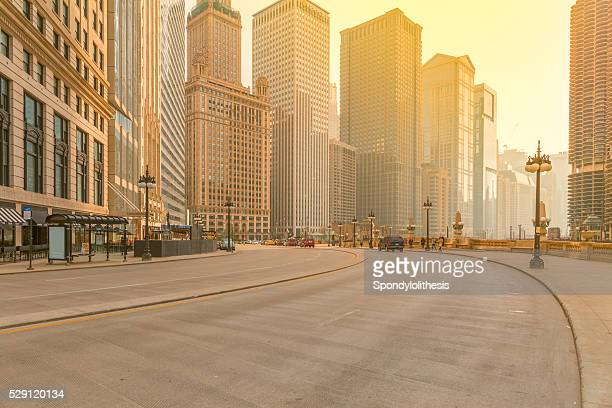 downtown chicago at sunset - high street stock pictures, royalty-free photos & images