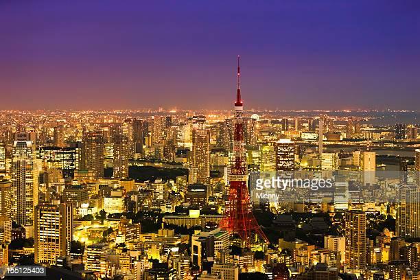 ダウンタウンの街並みの眺めをもつタワー夕暮れ時の東京、日本