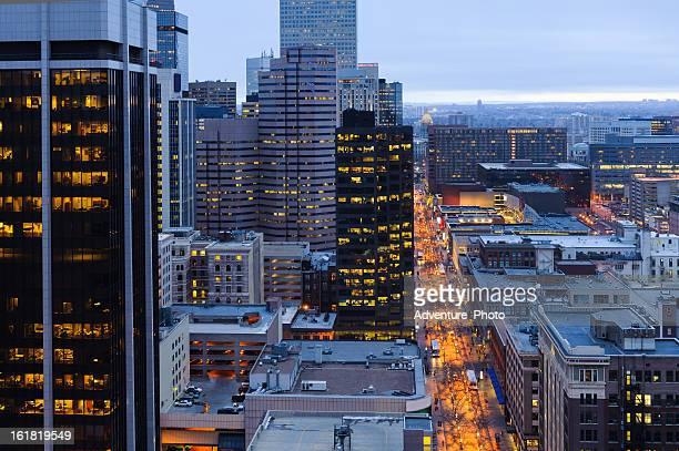 El centro de la ciudad de Denver, al atardecer