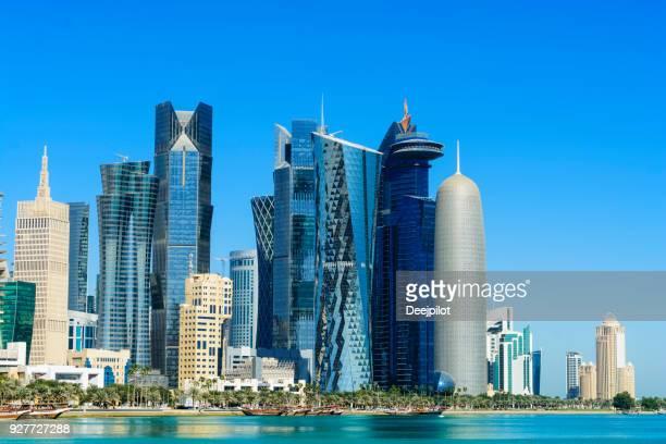 skyline do centro cidade de doha, qatar - doha - fotografias e filmes do acervo