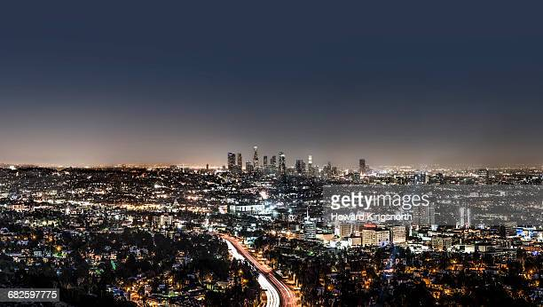 la downtown from mulholland at night - de stad los angeles stockfoto's en -beelden