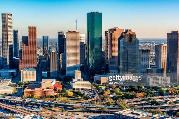 vue aérienne du centre-ville de houston - houston texas photos et images de collection
