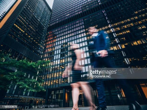 ajetreo en el centro de la ciudad - abogado fotografías e imágenes de stock