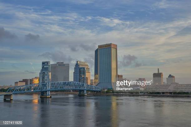 centro de jacksonville skyline en sunrise como se ve desde el southbank riverwalk a lo largo de st. johns river en florida - paisajes de st johns fotografías e imágenes de stock