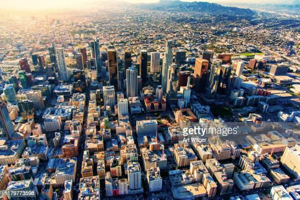 downtown los angeles skyline aerial - inquadratura da un aereo foto e immagini stock