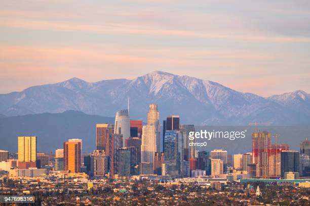 downtown los angeles skyline with mountains behind - cidade de los angeles imagens e fotografias de stock