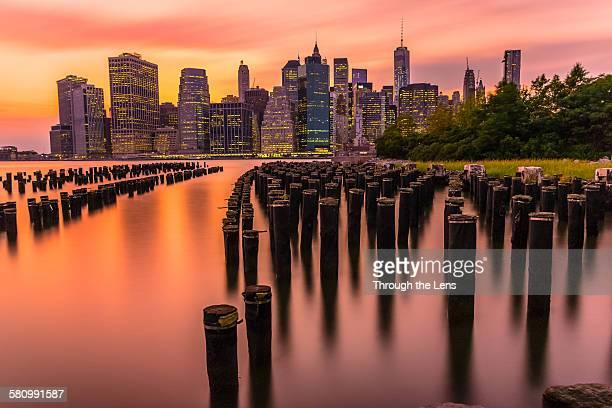 downtown manhattan during sunset - brooklyn bridge park stock-fotos und bilder