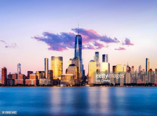 downtown manhattan sunset cloud ultra violet pantone 2018 - new york city imagens e fotografias de stock