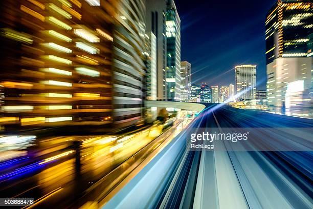Train de nuit sur le centre-ville de Tokyo au Japon