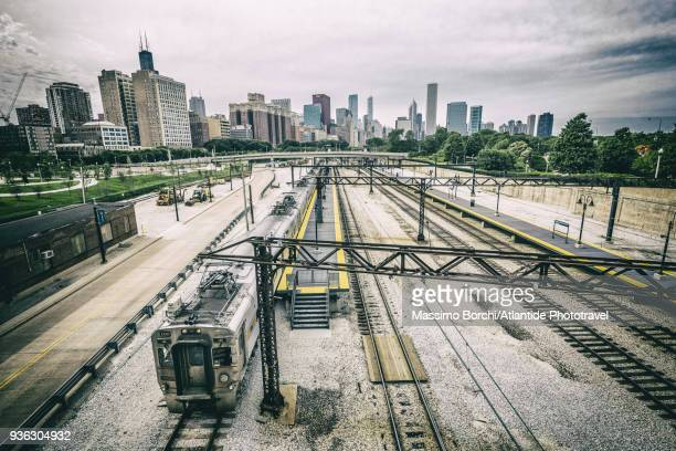 downtown, south loop, train on the tracks near metra roosevelt road station, the town on the background - metra train stock photos and pictures