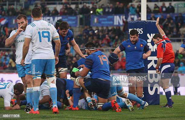 Doyle the referee awards a try to Mathieu Bastareaud of France during the Six Nations match between Italy and France at the Stadio Olimpico on March...