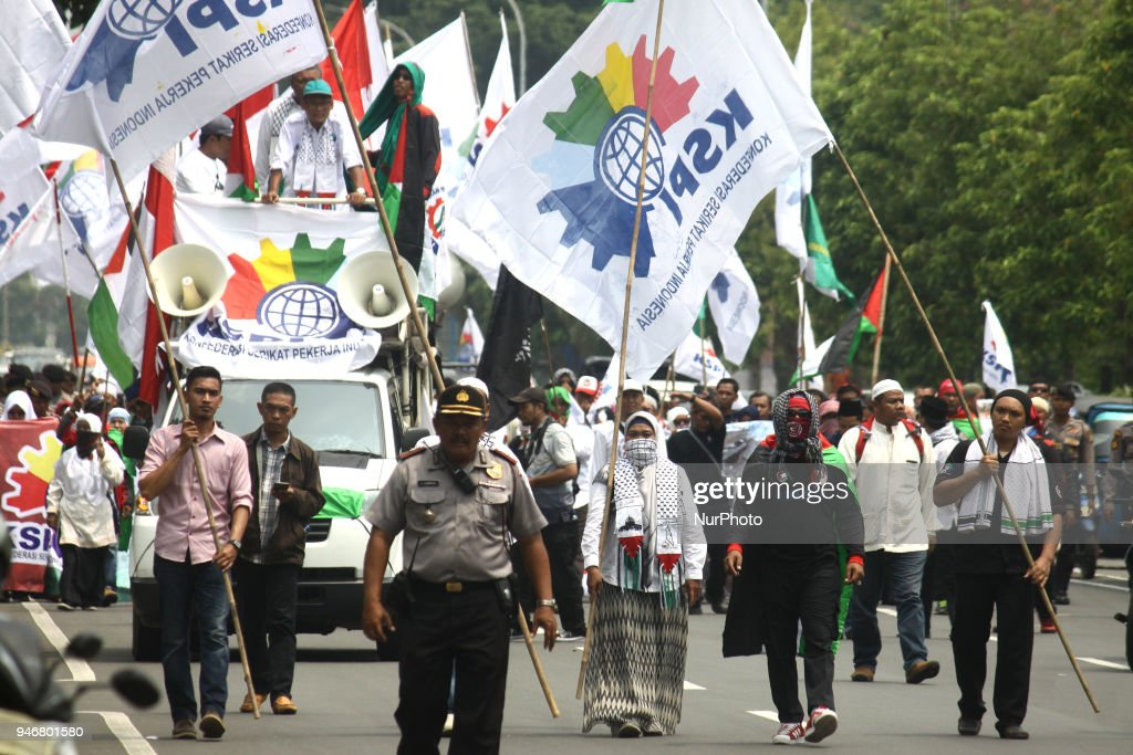 Dozen of representative from worker organization held a demonstration outside the US Embassy in Jakarta on Monday, April 16, 2018. Demonstrations were made in addition to support for Palestinian independence, as well as condemnation of US intervention in the Middle East that was seen only to create chaos, such as the planned transfer of embassies from Tel Aviv to Yarusalem, until the attack on Syria on Saturday, 14 April. They asked the US to stop the chaos in the Middle East.