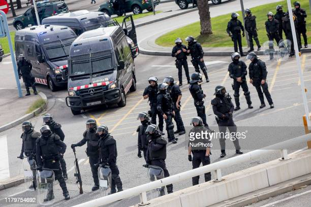 Dozens of Guardia Civil mebres, bloc the acces to the port. Proindependence activists of Catalonia, cause incidents during the day of general strike...