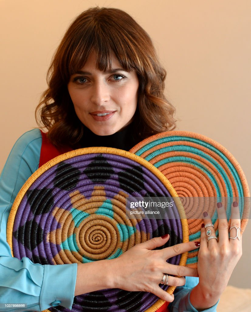 Umpolen – den Minuspol mit dem Pluspol vertauschen - Seite 6 Dpa-exclusiv-model-eva-padberg-poses-with-two-colourful-plates-in-her-picture-id1037898866