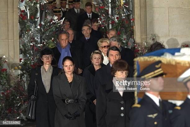 Départ du cortège funéraire pour Villacoublay suivi par la famille.
