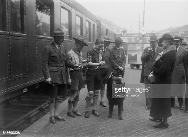 Départ d'un scout Français invité par le Figaro à faire un voyage aux EtatsUnis Gare SaintLazare à Paris France le 1er avril 1936