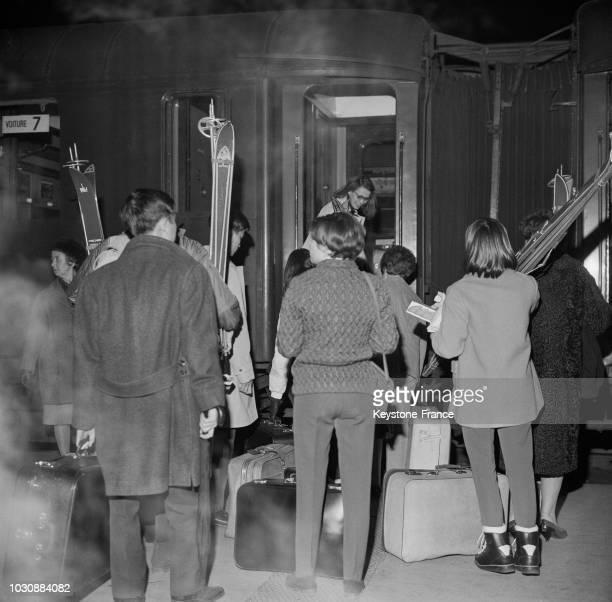 Départ pour les sports d'hiver pendant les vacances de Pâques en avril 1966 en France