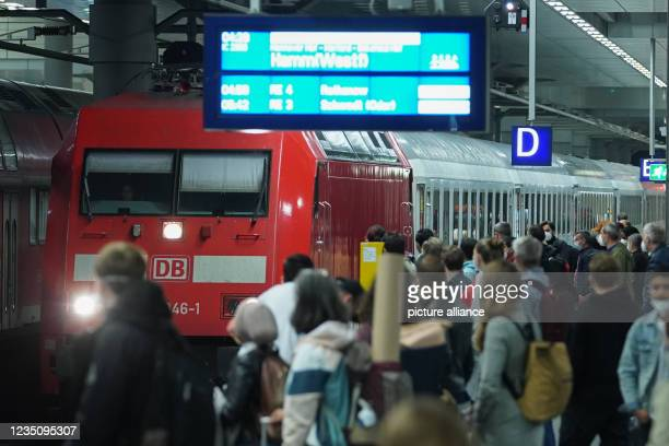 Dpatop - 07 September 2021, Berlin: Travellers wait at Berlin central station for the Intercity train to Hamm to arrive. Since 2 o'clock, the...