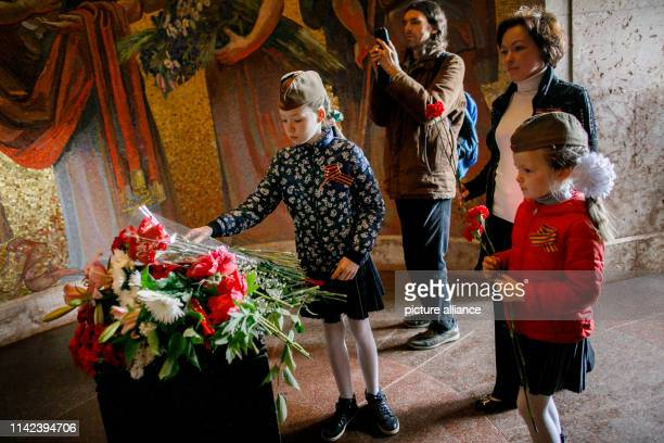 Dpatop - 09 May 2019, Berlin: Children lay flowers in the Soviet Memorial in Treptower Park on the occasion of the 74th anniversary of Russia's...