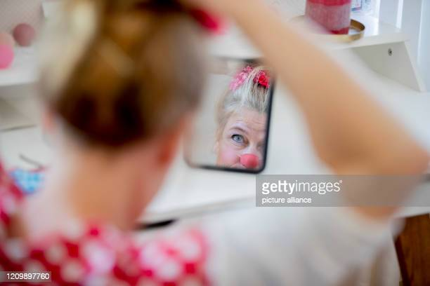 dpatop 14 April 2020 Brandenburg Potsdam Clinic clown Vitamins from the association Lachen hilft bourgeois Ute von Koerber prepares in her apartment...