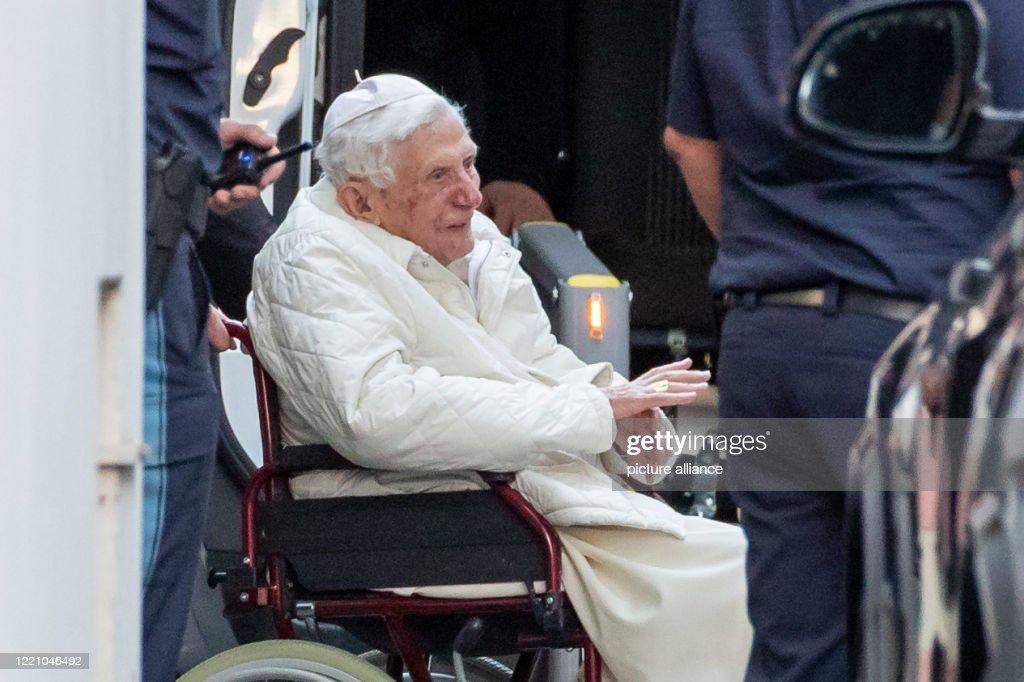 Benedict XVI visits sick brother : News Photo