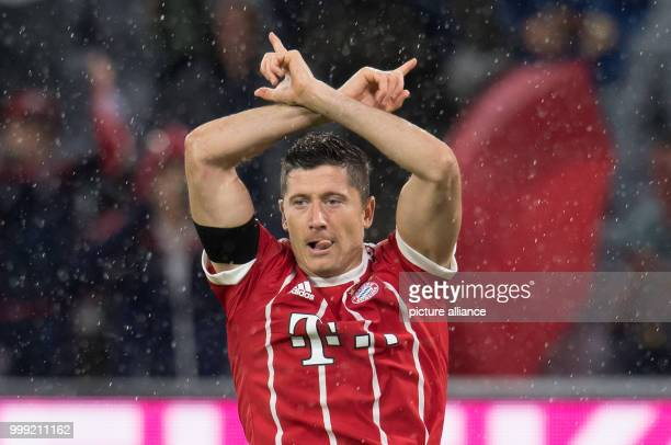 dpatop Muenchen's Robert Lewandowski celebrates his 30 goal during the German Bundesliga soccer match between Bayern Muenchen and Bayer Leverkusen in...