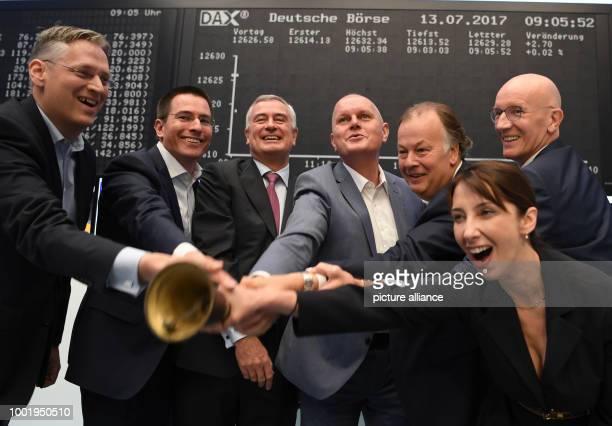 dpatop Olaf Koch CEO of der Metro Wholesale Food Specialist AG rings the stock exchange bell beside Gregor Pottmeyer CFO of Deutsche Boerse AG and...
