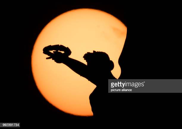 Dpatop - The Roman goddess of victory, Victoria, mounted on the Waterloo Column is backdropped by the rising sun in Hannover, Germany, 17 October...