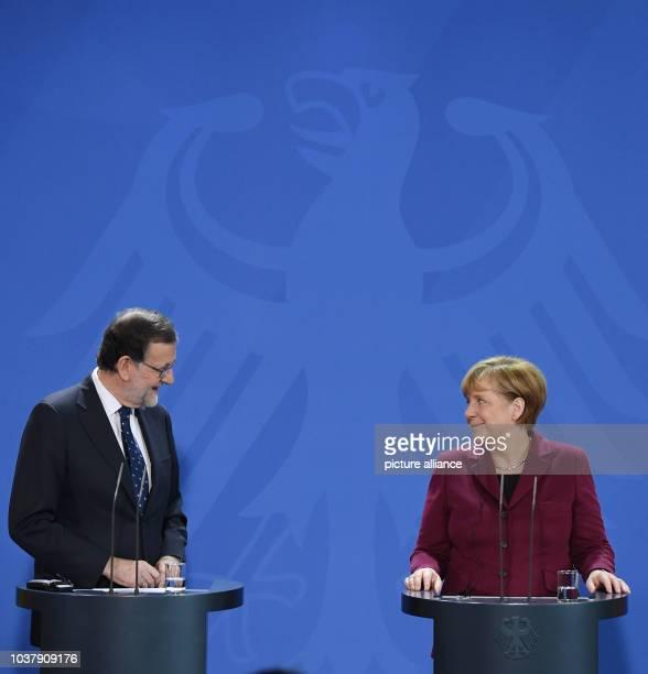 dpatopbilder Bundeskanzlerin Angela Merkel und der spanische Ministerpräsident Mariano Rajoy geben am im Bundeskanzleramt in Berlin eine gemeinsame...