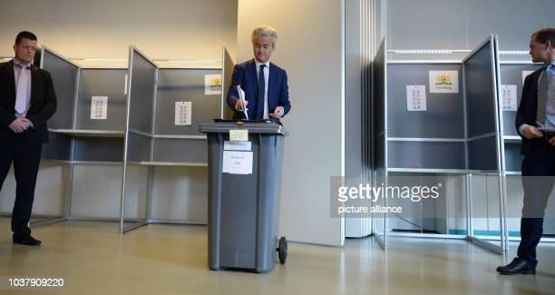 Dpatopbilder - Der Rechtspopulist Geert Wilders wirft am in einem Wahllokal in Den Haag seinen Stimmzettel in eine Wahlurne. Überschattet vom...