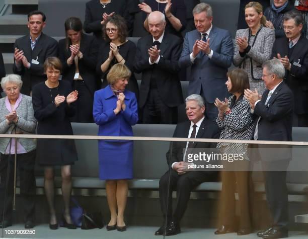 dpatopbilder Die Teilnehmer der Bundesversammlung applaudieren am in Berlin im Plenarsaal des Reichstagsgebäudes dem noch amtierenden...