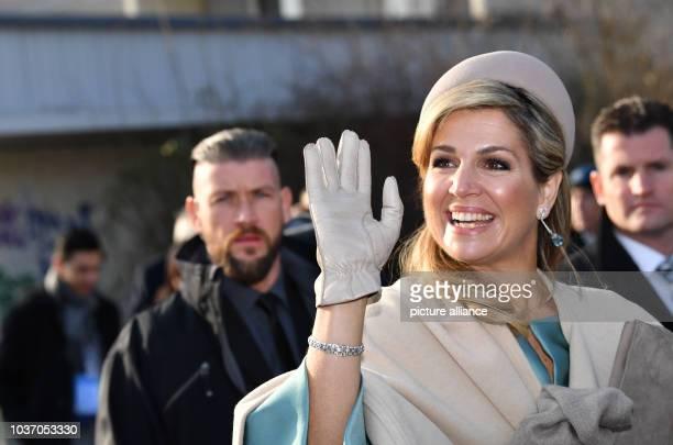 dpatopbilder RECROP Königin Maxima winkt beim Besuch des niederländischen Königspaares am in Leipzig im Stadtteil Grünau Foto Jens Kalaene/dpa Foto...