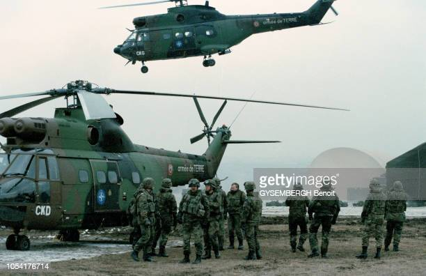 Déploiement de la force d'extraction de l'OTAN en Macédoine dans la région de Skopje en février 1999 Ici un groupe de soldats en réunion au pied d'un...