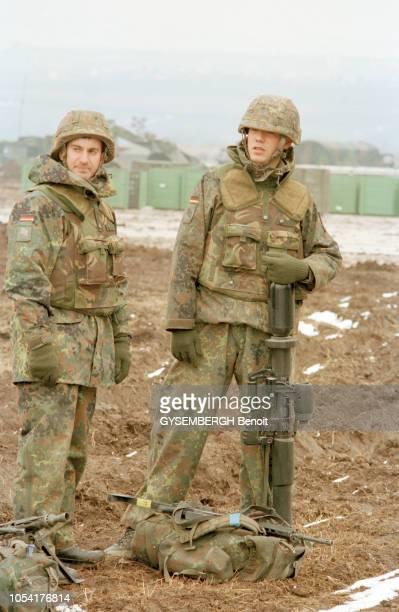 Déploiement de la force d'extraction de l'OTAN en Macédoine dans la région de Skopje en février 1999 Ici deux soldats posant en pied sur le terrain...