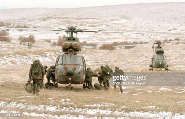 Déploiement de la force d'extraction de l'OTAN en Macédoine dans la région de Skopje en février 1999 Ici un groupe de militaire embarquant à bord...