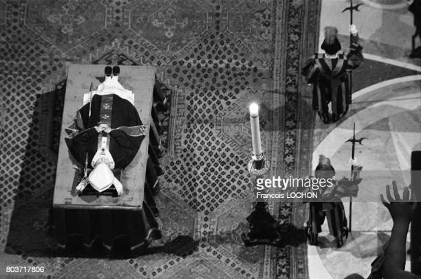 Dépouille mortelle du pape JeanPaul 1er dans la basilique SaintPierre le 30 septembre 1978 à Rome Italie