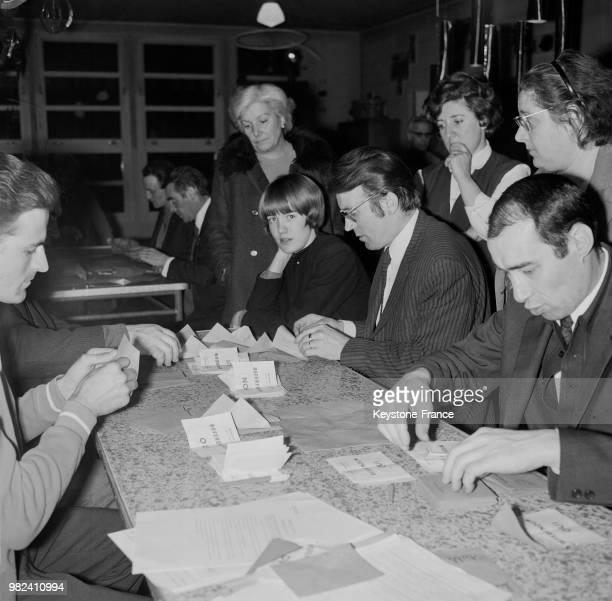 Dépouillement du scrutin lors du référendum sur la régionalisation et la réforme du sénat en France le 27 avril 1969