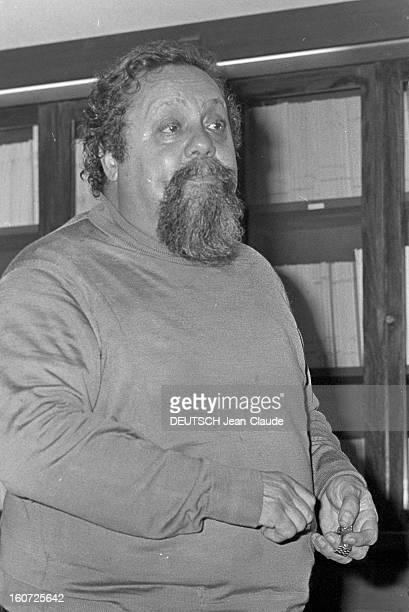 Dr Alain Bombard En France portrait en intérieur du biologiste Alain BOMBARD pionnier de la survie en mer dans un canot pneumatique lors d'une...