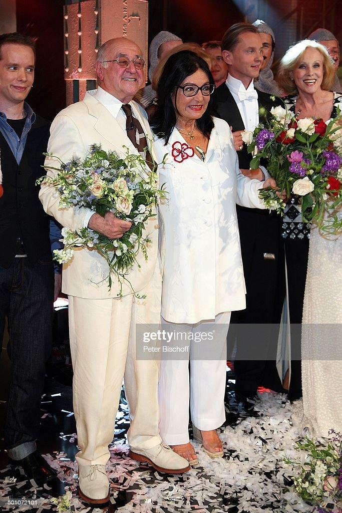 Dr. Alfred Biolek, Nana Mouskouri, ARD-Gala-Show 'Danke, Bio' (zum 75. Geburtstag), E-Werk, Köln, Nordrhein-Westfalen, Deutschland, Europa, Geburtstag : News Photo