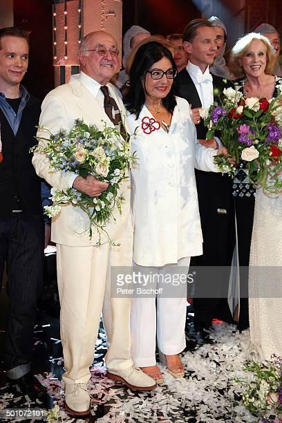 Dr Alfred Biolek Nana Mouskouri ARDGalaShow Danke Bio EWerk Köln NordrheinWestfalen Deutschland Europa Geburtstagsshow Geburtstagsfeier Feier Blumen...