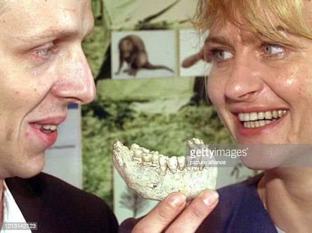 Dr. Antje Justus und Dr. Olaf Joeris, Archäologen am Institut für Archäologie des Eiszeitalters in Monrepos präsentieren am 28.9.1999 den...