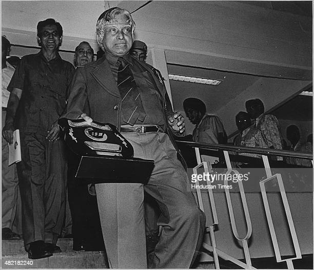 Dr APJ Abdul Kalam walks back after receiving GM Modi Award for Science Achievement on August 9 1996 Avul Pakir Jainulabdeen Abdul Kalam who was...