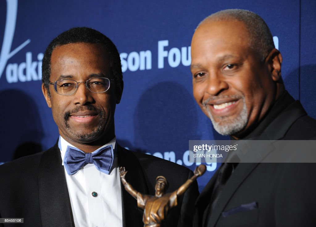 Dr. Ben Carson Sr. (L) receives the ROBIE Lifetime Achievement Award from actor James Pickens, Jr. (R) at the Jackie Robinson Foundation annual Awards Dinner March 16, 2009 at the Waldorf Astoria Hotel in New York. AFP PHOTO/Stan Honda