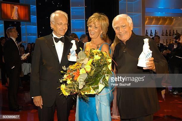 Dr Edmund Stoiber Ulrike Kriener Joachim Fuchsberger Bayerischer Fernsehpreis 2005 Bayerische Staatskanzlei München PNr 744/2005 Preis Blauer Panther...