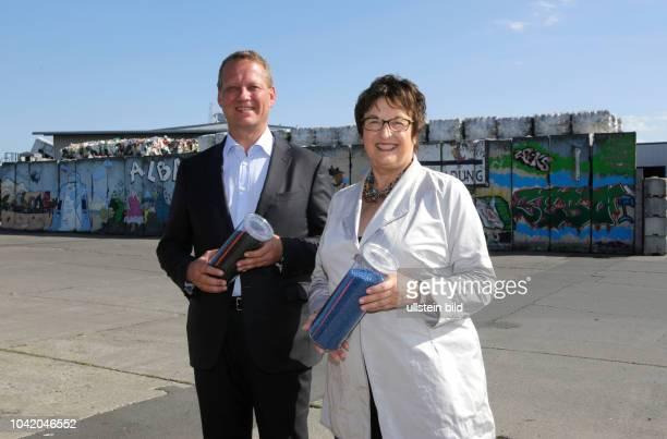 Dr Eric Schweitzer Vorstandsvorsitzender der ALBA Group und Brigitte Zypries Bundeswirtschaftsministerin SPD besuchen die ALBA Sortieranlage fuer...