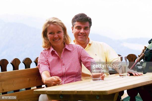 Dr Frank Steffel CDUFraktionsvorsitzender in Berlin und seine Ehefrau Katja während ihres Urlaubs am Tegernsee in einem Berggasthof